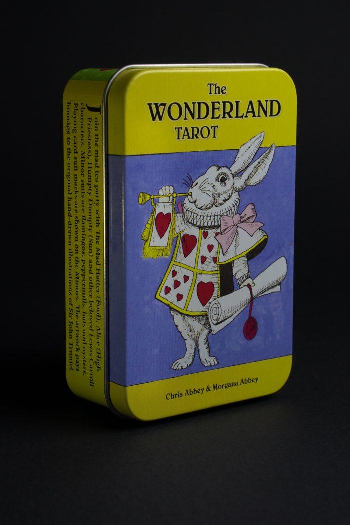 Тази таро колода е създадена по приказката за ,,Алиса в страната на чудесата.''